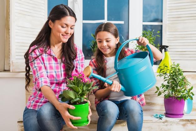 Tuinieren concept met moeder en dochter