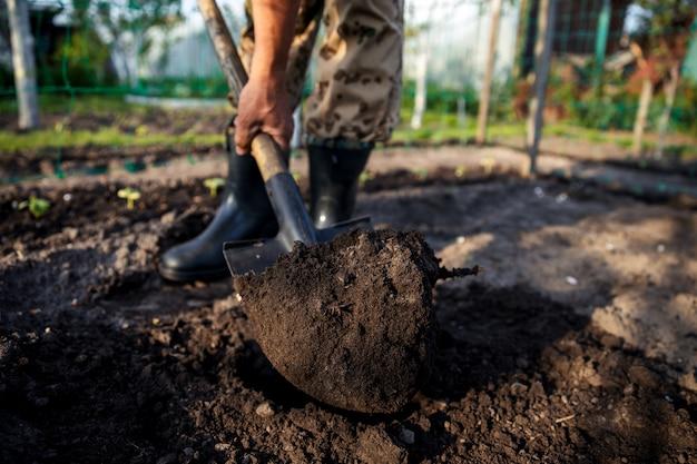 Tuinman graven in de tuin. tuinieren.