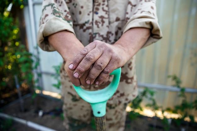 Tuinman handen. grond die voorbereidingen treft voor aanplant in het voorjaar tuinieren.