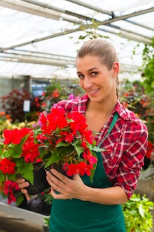 Tuinman in haar groene huis bloemenwinkel