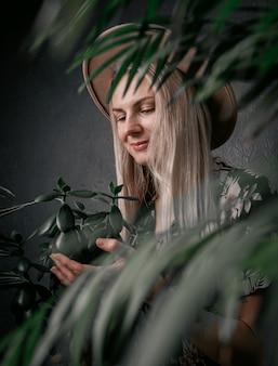 Tuinman meisje houdt zich bezig met haar planten