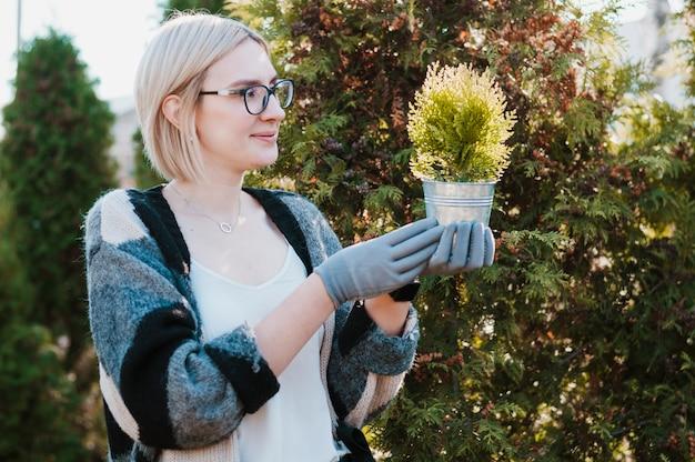 Tuinman met plant