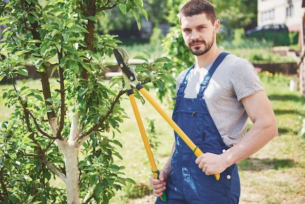 Tuinman stekken van tuinplanten in het voorjaar