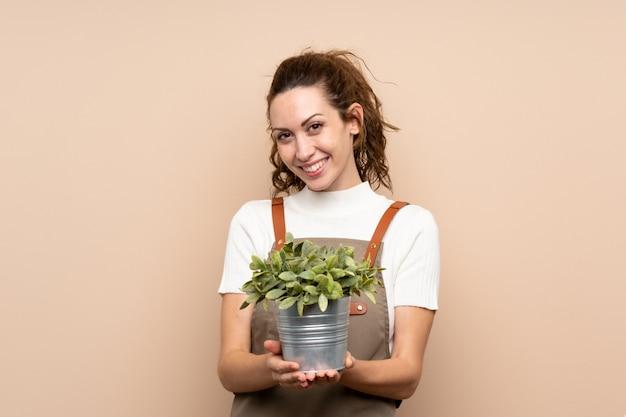Tuinman vrouw met een plant