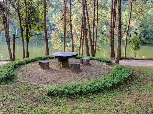 Tuintafel en stoelen in dennenbos