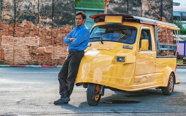 Tuk tuk autotoerist bij parkeren buiten bij oude tempelachtergrond, tuk tuk is taxiauto voor reizen rond de provincie ayutthaya, thailand