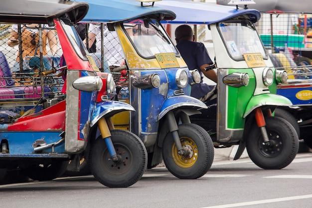 Tuk tuk bij een auto die uniek is in thailand