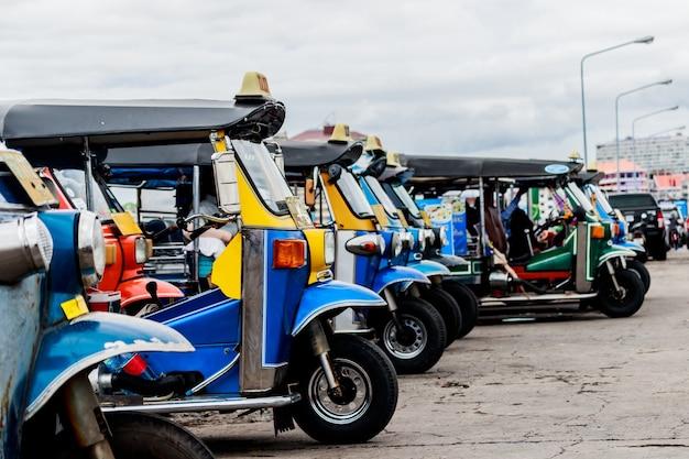 Tuk tuk taxi service in thailand en de stad rond