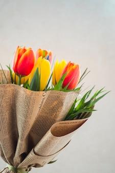 Tulp bloemen boeket in pakpapier
