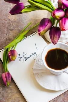 Tulp bloemen en kopje koffie