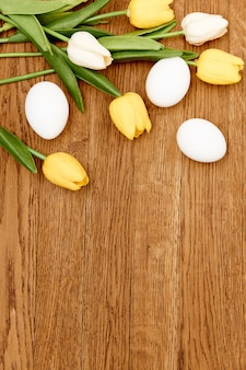 Tulp boeket witte eieren vakantie pasen decoratie traditie houten achtergrond