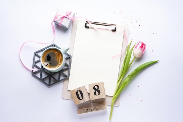 Tulp, cadeau, koffie en 8 maart houten kalender. plat leggen