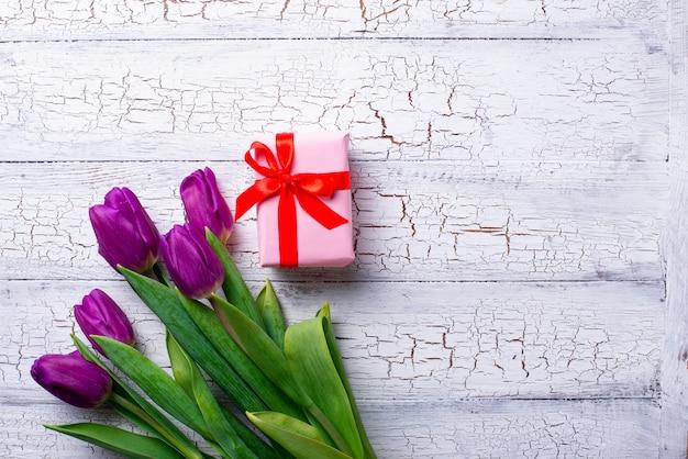 Tulpen bloemen en geschenkdoos.