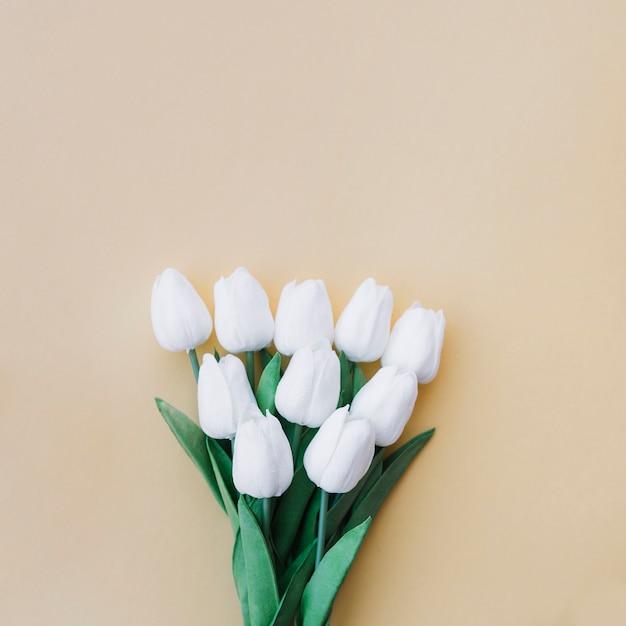 Tulpen boeket op pastel gele achtergrond