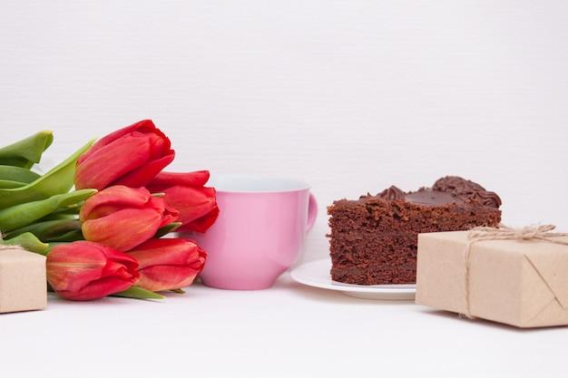 Tulpen, cadeautjes, cake, beker voor moeder, vrouw, dochter, meisje met liefde. gefeliciteerd met je verjaardag, kopieer spase.