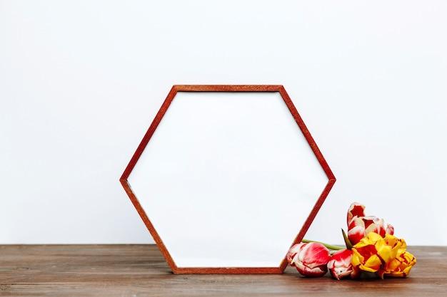 Tulpen dichtbij hexagon kader