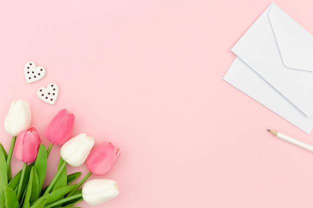 Tulpen en envelop met kopie ruimte