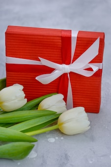Tulpen en geschenkdoos met kopie ruimte