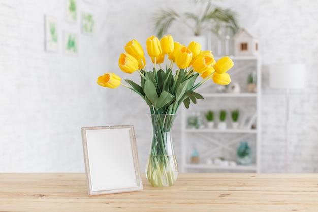 Tulpen in een vaas op een houten tafel. scandinavisch interieur. mockup.