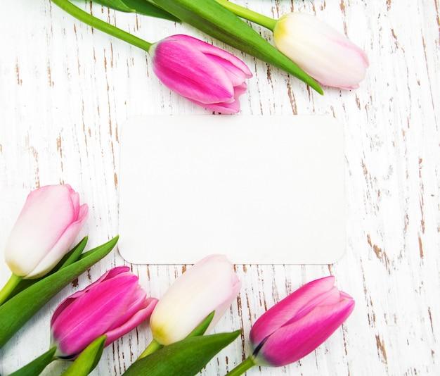 Tulpen met een kaart