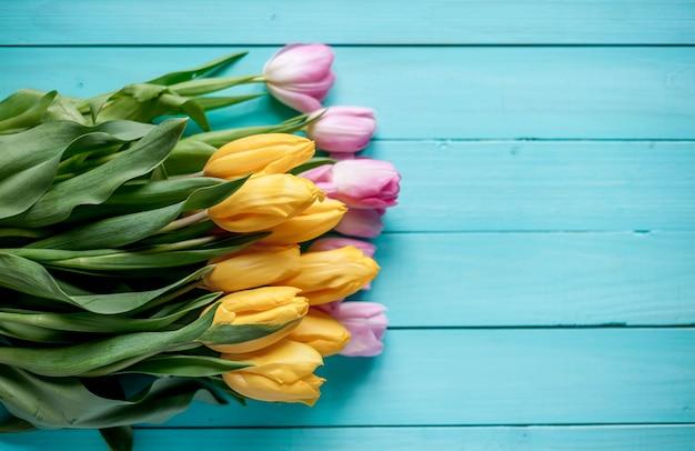 Tulpen op een houten achtergrond, met kopie ruimte voor uw tekst.