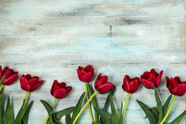 Tulpen op een houten patern achtergrond