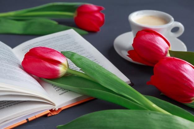 Tulpen op turkooise grijze achtergrond. lente bloemen. valentijnsdag, vrouwendag en moederdag.