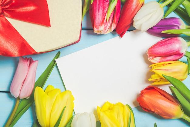 Tulpenbloemen met giftbox en lege foto