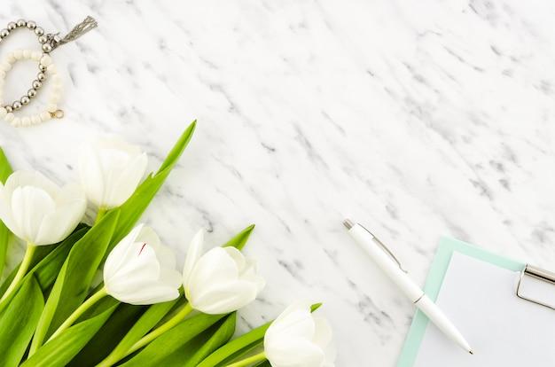 Tulpenbloemen met klembord en armbanden