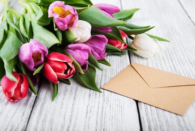 Tulpenboeket en envelop