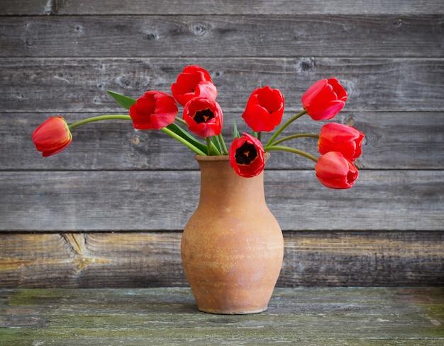 Tulpenboeket op houten lijst