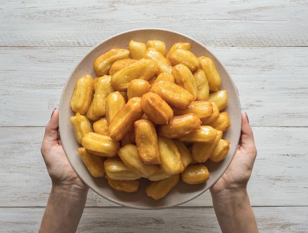 Tulumba tatlisi - traditionele turkse desserts tulumba. arabische snoepviering eid ramadan.