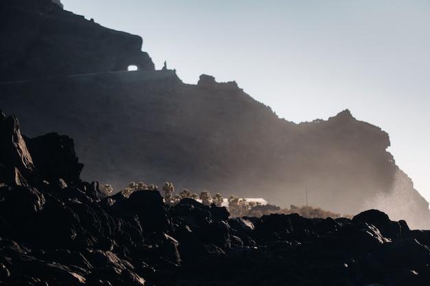 Tunnel door de berg van tenerife, rotsen bij zonsondergang in de buurt van de atlantische oceaan van het eiland tenerife.canarische eilanden.spain