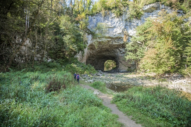 Tunnel door een rotswand in een natuurpark in rakov skocjan, slovenië