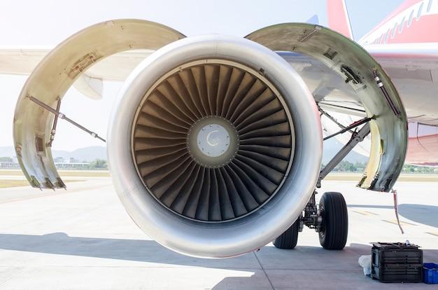 Turbine van motorvliegtuig op luchthavenachtergrond