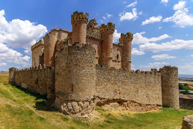 Turegano middeleeuws kasteel in segovia, gemaakt van steen, hoge muren en kantelen. gelegen op de top van een heuvel naast het dorp. spanje.
