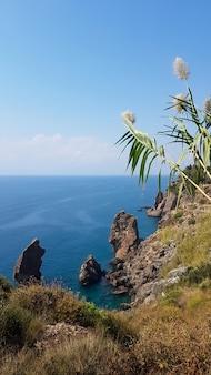 Turkije, antalya kust, uitzicht vanaf de rotsen naar de zee op kemer