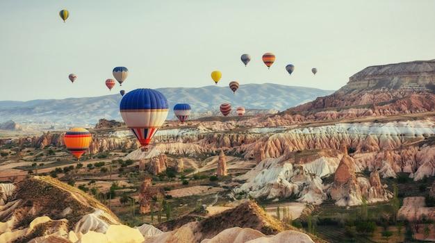 Turkije cappadocië mooie ballonnen vlucht stenen landschap
