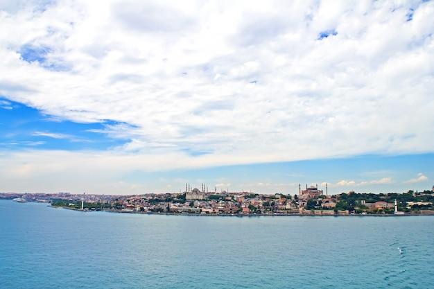Turkije, istanbul, uitzicht op de stad vanaf de zee