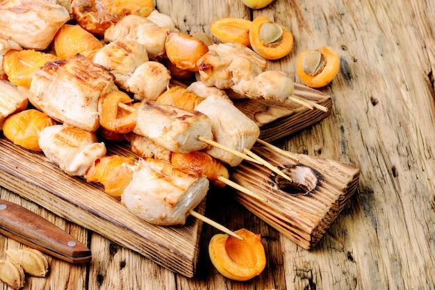 Turkije spiesen met abrikozen stukjes