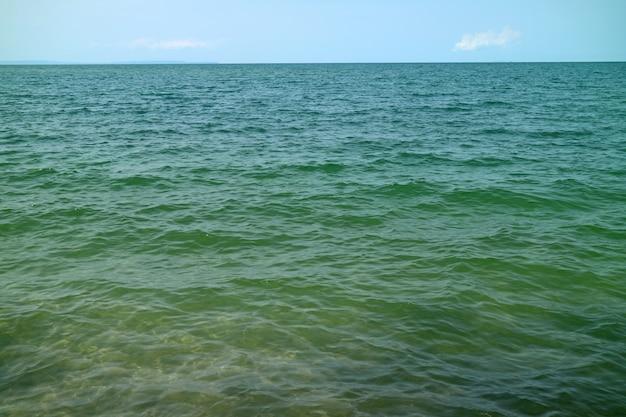 Turkoois kleur zeewater met gemakkelijke golven op het oppervlak