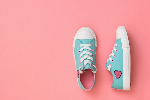 Turkoois met roze sneakers op koraal.