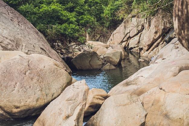 Turkoois water van de bergrivier ganges onder witte vlotte stenen