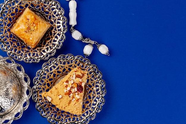 Turks dessert in metalen traditionele plaat op blauwe achtergrond