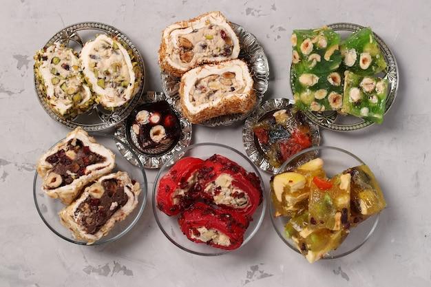 Turks fruit collectie op grijze achtergrond, plat leggen, horizontaal formaat, close-up