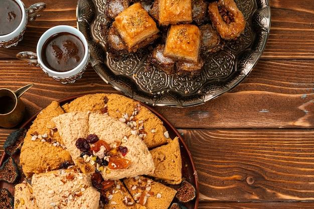 Turks fruit en halva-dessert op houten lijst