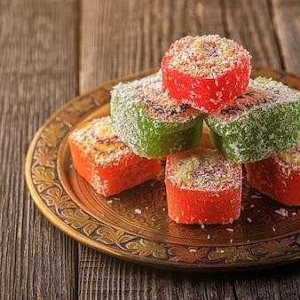 Turks fruit op donkere houten tafel.