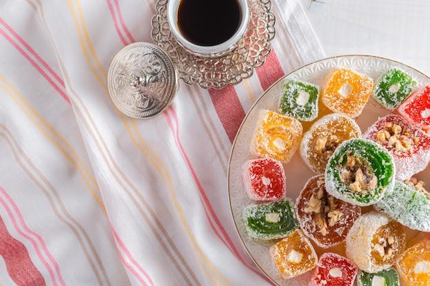 Turks fruit op een houten tafel