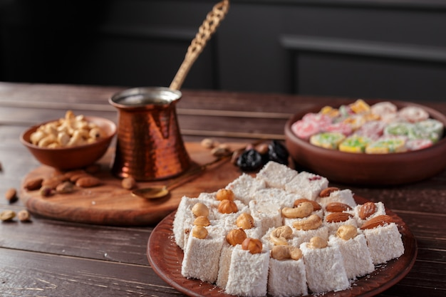 Turks fruit op een houten tafel.