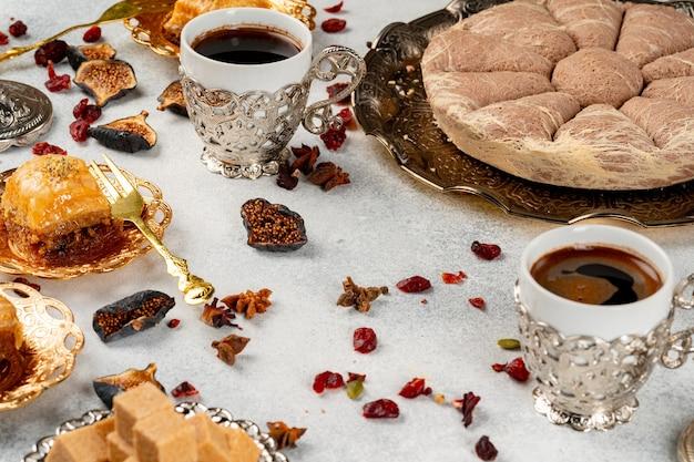 Turks gebak en verspreide droge vruchten op tafel